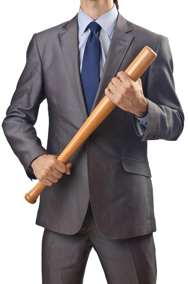 バットを持つスーツの男